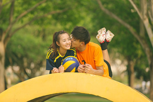 Capturing the love story of Benjamin and Samantha at Pasir Ris Park (Volleyball theme)