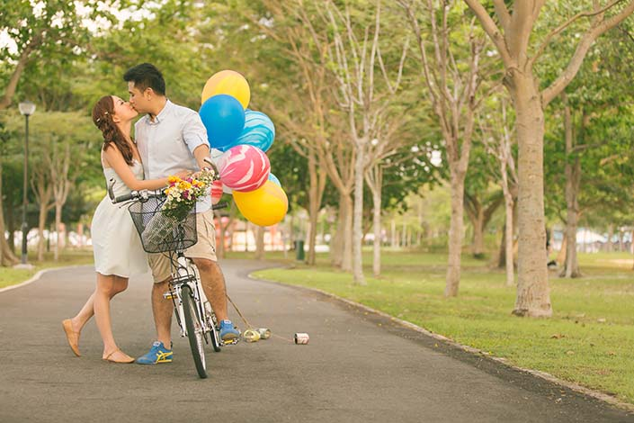Pre-wedding cycling photoshoot at Changi Beach