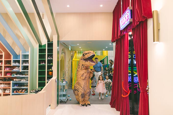 Life-sized dinosaur at Buds by Shangri-La