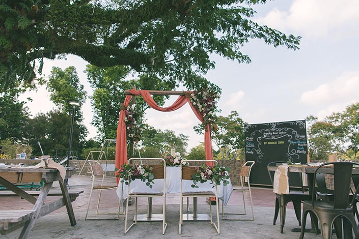 Table flowers & Solemnization flower arch by Fleurapy at Little Island Brewing Co